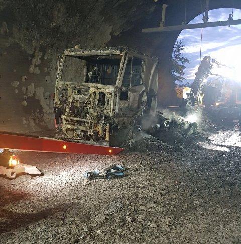 Lastebilen som brant onsdag ble helt utbrent og det ble større skader i tunnelen.