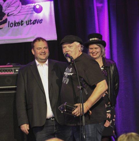 Auksjon: May Helen Bleie donerte basskopien til Blueslaget, som igjen fekk den i gåve av Odda kommune.