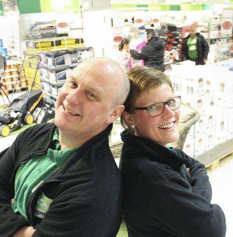 Fornøyde: Butikksjef Johnny Lynum og avdelingsleder Gunn Iren Bolstad konstaterer at hardt arbeid gir store smil. Foto: Jon S. Linga