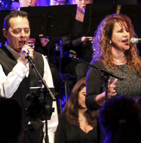 Duett: Tommy Narmo og Linda Gunnarsen sang «Home for christmas» av Maria Mena med band og korps.foto: Benedicte Wærstad