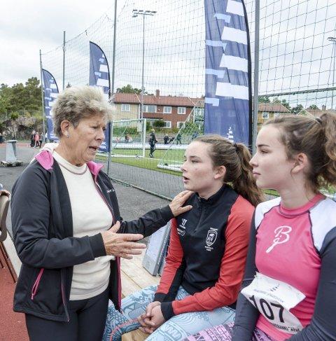 GOD RÅD: Veteranen Eva Mathisen Hansen gir gode råd til tvillingene Esther og Elise Fluer.