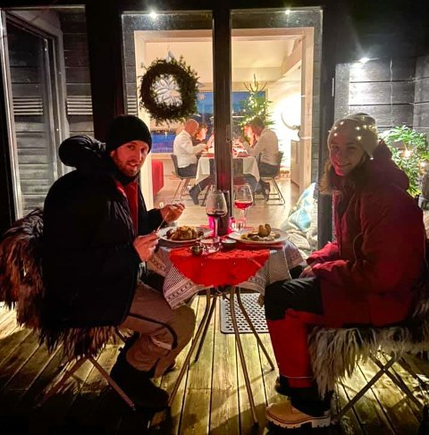 Maiken Holter Pedersen hamna i karantene berre dagar før julaftan. Men i lag med sambuaren Sebastian Sørensen fekk ho likevel ein svært hyggeleg julemiddag, på terrassen til svigerforeldra i Rosendal.