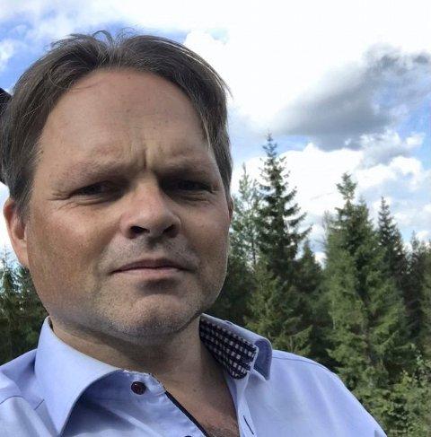 KJØRER MYE BIL: Christian Torp kjører mye på Gamleveien, både fordi det tar kortere tid å kjøre på den enn nyveien og fordi det er billigere.
