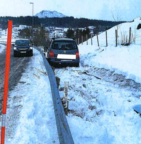 KOSTBART: På sin ferd i grøfta tok bilen med seg en lysmast. Nå har Statens vegvesen sendt regningen til forsikringsselskapet.