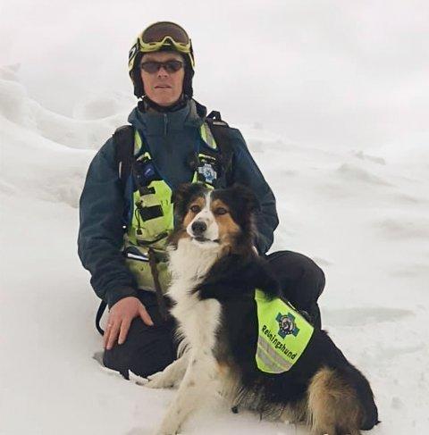 Hundefører Jan-Helge Krogstad og border collien Faun etter at godkjenningen som redningshund lavine var godkjent.