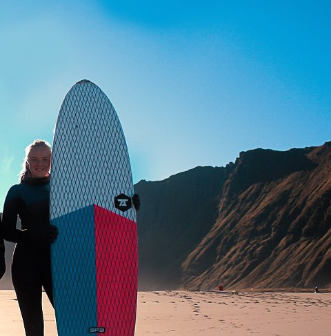 SURFER: Marie Wahlstrøm var så uheldig å miste surfebrettet sitt forrige uke. Hun håper noen har funnet det og kan hjelpe henne få det tilbake.