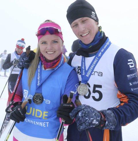 RIDDER AV 1. KLASSE: Kevin Mathias Nilsen sammen med ledsageren Maiken Lindtvedt gikk inn mellom 2000 og 3.000 kroner til elevbedriften på Kopperud skole.