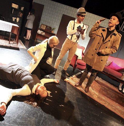 UDÅDEN: Mathilde Myhre ligger livløs på gulvet, og Eline Røkkum og detektivene Tallak Myrvold og Adrian Nowicki begynner å nøste opp de løse trådene.