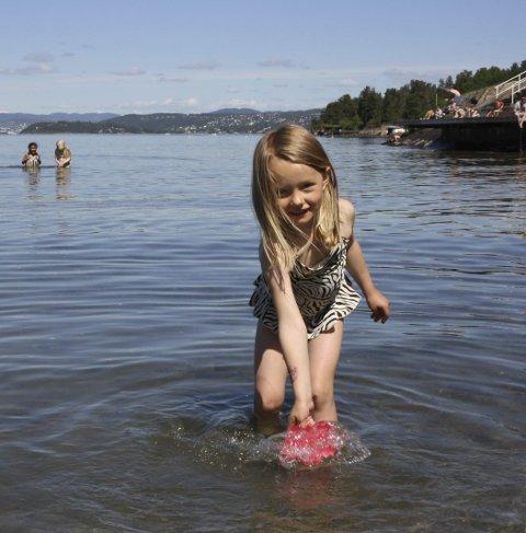 SOMMERSMIL: Mari Søgaard fra Ås vasset sommeren i møte på Ingierstrand denne hittil flotteste sommerhelgen. FOTO: VIVI RIAN