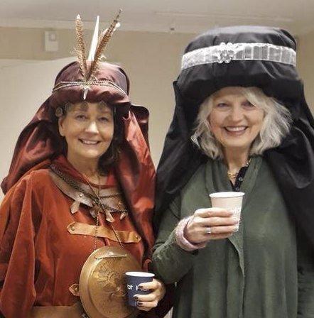 FINE I KOSTYME: Grete Elvenes og Elisabeth Hveem.