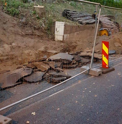 NY ASFALT: Deler av den nylagte asfalten i Amundrødveien har blitt ødelagt på grunn av gravearbeidene som pågår langs veien.