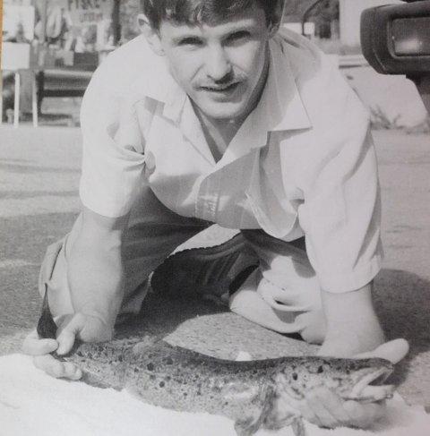 IVRIG FISKER: I god engelsk tradisjon har også Keith Redford vært en ivrig fisker. Her fra midten av 90-tallet da han klarte å lande en lake i Nitelva.