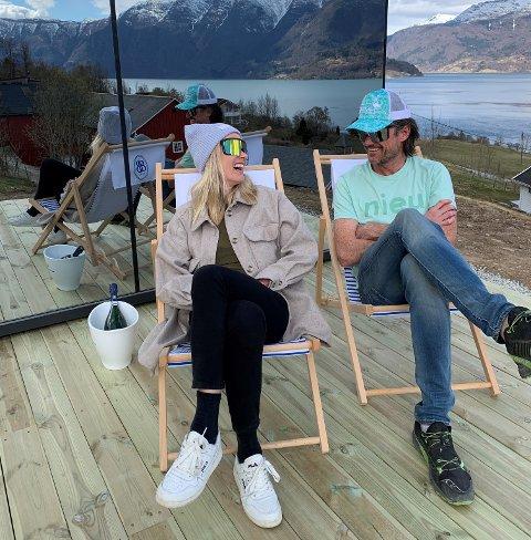 TEST: Lise Sværi og Anders Månum testar ut stolane ved den nye utleigehytta på Nes Gard.