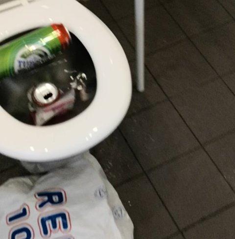 OVERVANN: Slik så det ut på toalettet i Haraldsvang torsdag morgen.