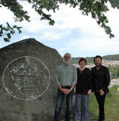 STOLT GJENG: Louis Jacoby, Anette Wildenvey michelet og Kåre Conradi var fornøyde etter avdukingen på Bøkkerfjellet.