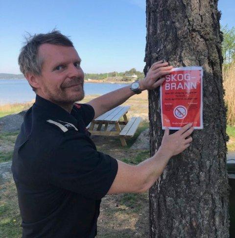 FOREBYGGING: Branninspektør Lasse Holmen var onsdag ute og hang opp advarsler som dette. Her på Grimsøy.