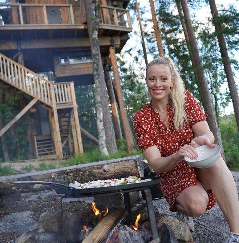Ut på tur: Merete Gamst under en av sine mange turer. Nå er bloggeren og forfatteren fra Sarpsborg ute med e-boken «50 unike overnattingssteder i Norge».
