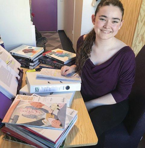 Praksis: Susanne Bjorvand bruker mye tid på å lese pensum. I tillegg har profesjonsstudiet en del praksis, noe hun setter stor pris på. ALLE FOTO: PRIVAT