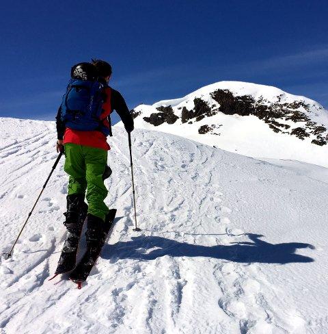 På veg opp: Martin Vedel Nielsen og kompisen på veg opp mot Kungsliknuppen, toppunktet på Mefjellet. Skavlen henger fortsatt oppunder toppen.