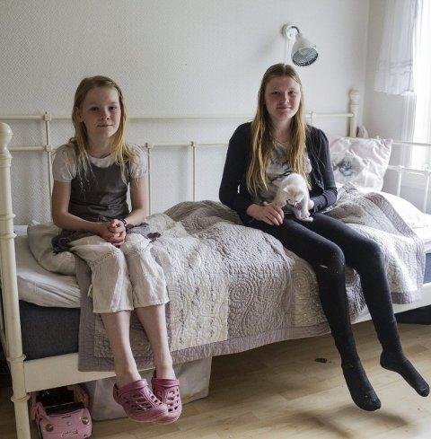 4 DELER SENG: Miriam Mariell (14) og Emilie Linnea (8) deler seng. – Det går helt fint, vi søv godt om natta sjølv om vi er mange på rommet, seier dei.