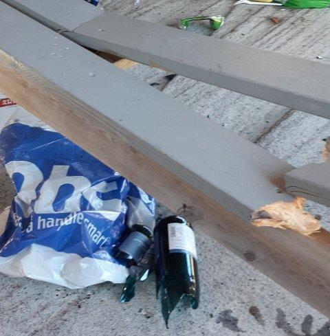 Knuste flasker og ein knekt benk var synet som møtte dei som kom til Nothuset til Øksnes grendalag i Austrheim søndag.
