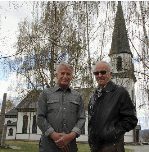 FREDSNAVN: Trond Fred Soløst og Ola Erik Tangen foran Sand kirke, der Trond ble døpt 8. mai 1945 og Ola var med på gudstjenesten, 11 år gammel.
