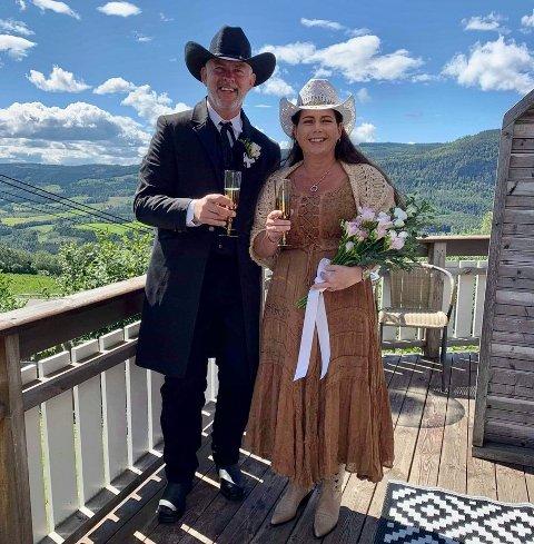 Ekteparet bestilte westernantrekk på nettet en stund før bryllupet. Hilde hadde på seg en brun westernkjole, cowboyhatt, boots med hjerter på, og et sjal som hun selv har strikket.