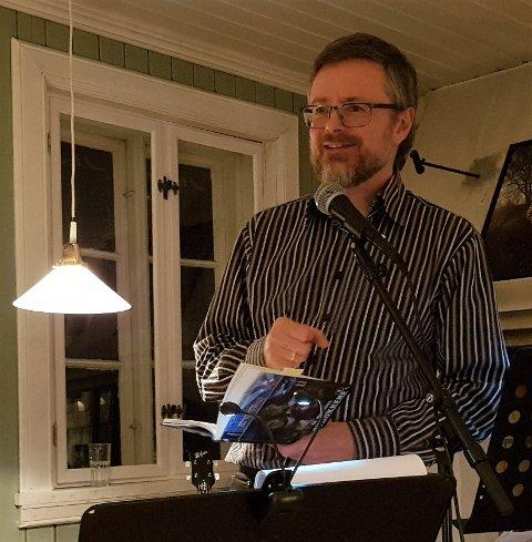 LANSERINGEN: Petter A. Jensen leser fra en av sine barnekrimbøker under lanseringsfesten på Herregårdskafeen søndag 5. november.