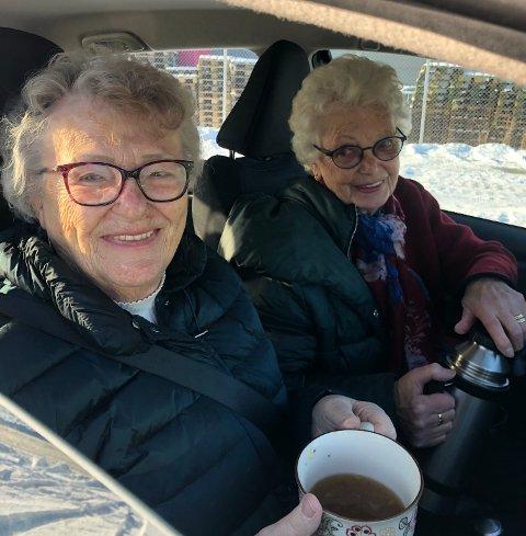 FERDIG VAKSINER: (f.v) Karmøybuene Liv Gaard (90) og Marit Kalleberg (86) koser seg med kaffe i bilen etter de de ble vaksinert fredag formiddag.