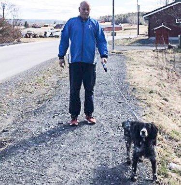 HJEMMEPÅSKE: Svein Engen har byttet ut hyttetur og langrennsski med tur med hunden langs Tertittvegen i påsken.