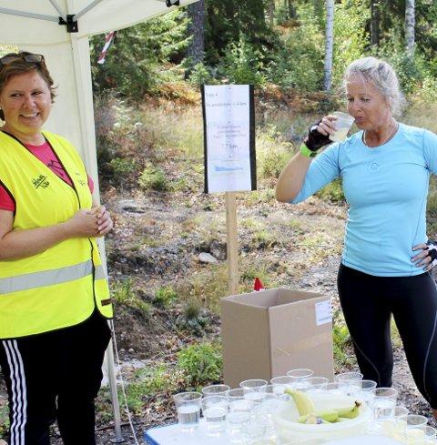 Saft: Monica Grønvold sørger for forfriskninger til deltakerne.