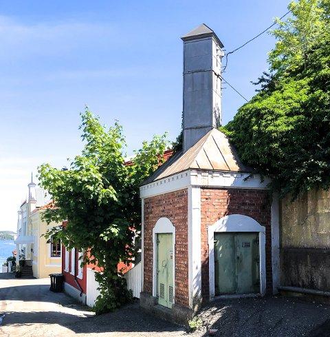 Denne trafokiosken ble bygget da Kragerø fikk elektrisitet. Den er tegnet og konstruert av Erik Fjeld. Klikk på pilene eller sveip for å se flere bilder.