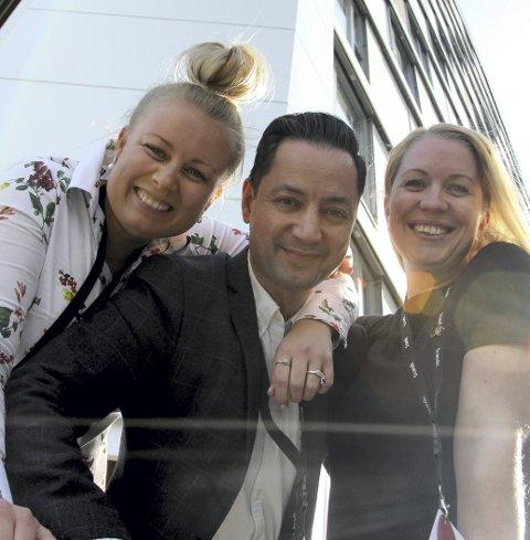 FORNØYD:Jannicke Holmgreen Lorentzen, Ida marie Berglund og Benjamin Schofield er fornøyd med det første halve året på Scandic Lillestrøm.  Foto: Stine Strandhaug
