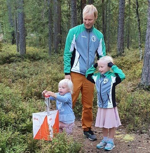 YNGST: Harald Heiaas med barna Eivor og Idunn stempler på siste post.