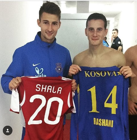 BYTTET DRAKT: Elba Rashani og Herolind Shala er gamle lagkamerater i Odd. I går møttes de i kamp mellom Kosovo og Albania.