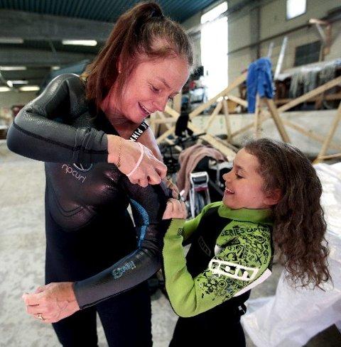 YNGST: Mathilde Concetta Synnestvedt på 9,5 år er kveldens yngste deltaker. Her hjelper hun mamma Gunhild med våtdrakten.