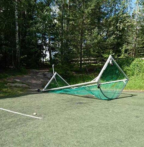 Mål: Noen herjet på Alværn sist helg. Det synes fotballpappa Konrad Dawda og ordfører Truls Wickholm svært lite om. Foto: Korad Dawda
