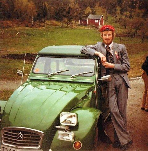 STOLT BILMANN: Gustav Johan Nydal, KrF er den einaste bilinteresserte ordførarkandidaten til valet i Kinn kommune. Her står han stolt ved sidan av sin første bil 17. mai i 1979. Ein Citroën 2CV 1973 modell som han kjøpte for studielånet sitt. Foto privat: