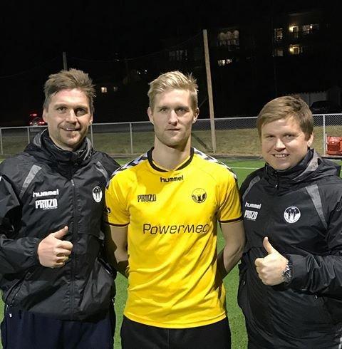 OVERGANG: Her blir Stian Eriksrud presentert som Skogstrand-spiller flankert av lagets trenere Tor Trondsen (til venstre) og Sverre Gulbrandsen.