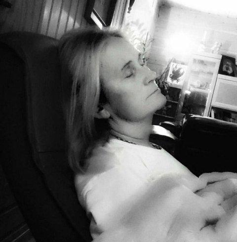 KJÆRLIGHET: «Min nydelige kone sover hjemme før vi dro på sykehuset på tirsdag. Hun har Alzheimers sykdom, men det vises ikke på utsiden, gjør det vel? En sovende skjønnhet og min store stolthet,» skriver Atle på Instagram.