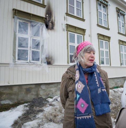 BEGYNTE Å BRENNE: I februar i fjor begynte det å brenne i leiligheten under der Erna Hultgren bor. Nå er hun glad for at brannvesenet prioriterer brannsikkerheten i området.