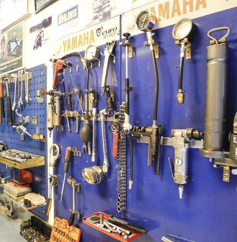 ORDEN I SAKENE: I Løwens verksted er det mye utstyr.