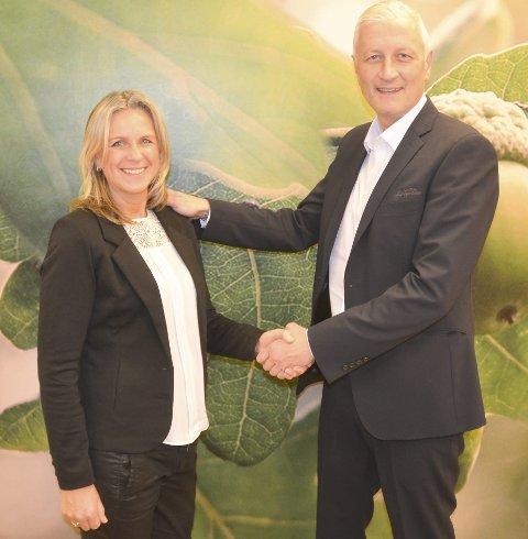 TILBAKE IGJEN: Britt Heggedal er tilbake som investeringsrådgiver i Aurskog Sparebank. Dét er Tor-Einar Torre glad for. FOTO: ROGER ØDEGÅRD