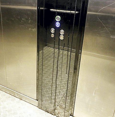 Spytt i heisen: – Ikke så lekkert, og veldig ekkelt, sier vedkommende som opplever spytt på knappene. Foto: Privat