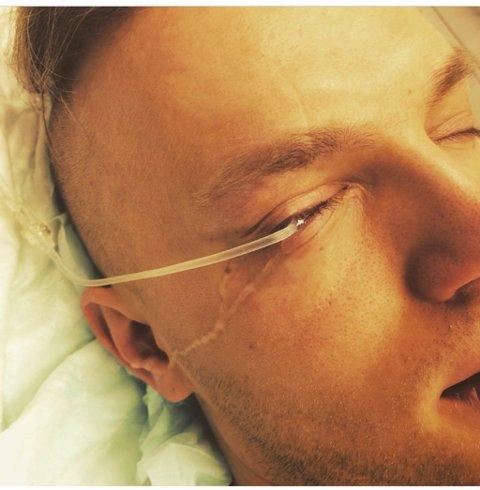 FJERNE BENSINEN: Legene var først redd for at Solbakk skulle miste synet, og han fikk satt på en tykk linse med drypp som skulle fjerne bensinen i øyet. Foto: privat