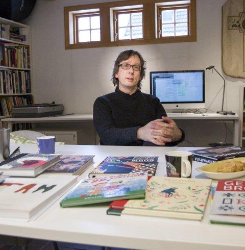 Forlagssjefen: Dette kjellerrommet i Fjellveien på Kolbotn huser forlaget «Magikon», hvor Svein Størksen er eneste ansatt. På ti år har han utgitt 65 bøker, alle illustrerte. – Vi er ikke interessert i å utgi kommersielle bøker bare for å oppnå høyt salg, er han helt klar på.