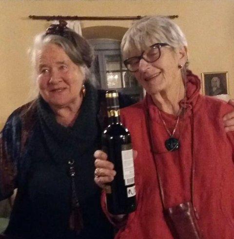 TAKKES: Bjørg Lægdene takkes av Laila Leknes for stor innsats med kunstkurs og turer gjennom mange år