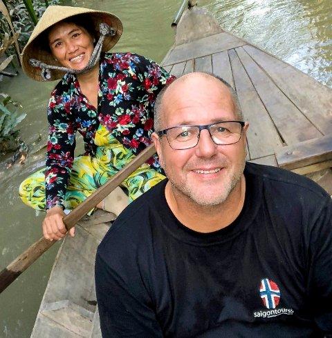 EGET REISEBYRÅ: Brumunddølen Tom Willy Bjørnstad (55) livnærer seg av å sende nordmenn på guida turer gjennom Vietnam. Han har drevet virksomheten siden 2004, og har opplevd både nedganger og oppturer. Her avbildet fra en nylig tur til Vietnam.