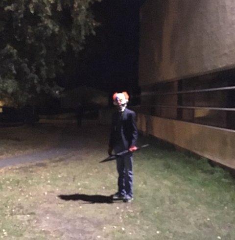 To unge gutter iført klovnemaske har skremt flere i Rønvik i Bodø tirsdag kveld. Nå har utkledde klovner skremt barn i Sandefjord også. Illustrasjonsfoto: Politiet/NTB scanpix