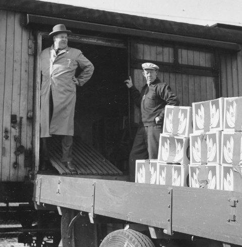 En jernbanevogn med bananer. Monrad Austad og Håkon Aulie henter.